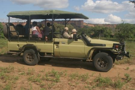 Chilo Gorge safari vehicle in front of cliffs